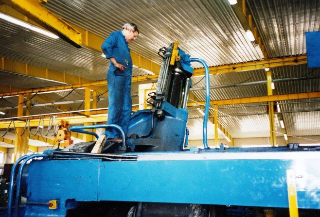 JB325  George Claridge changing the shear hydraulic seals | Supplied by John Bancroft